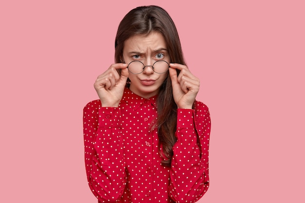 Портрет женщины в красной рубашке и круглых очках