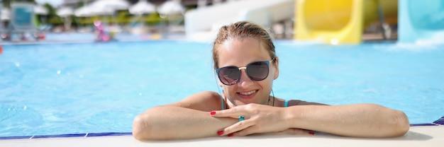 수영장에서 워터 파크에서 선글라스에 여자의 초상화