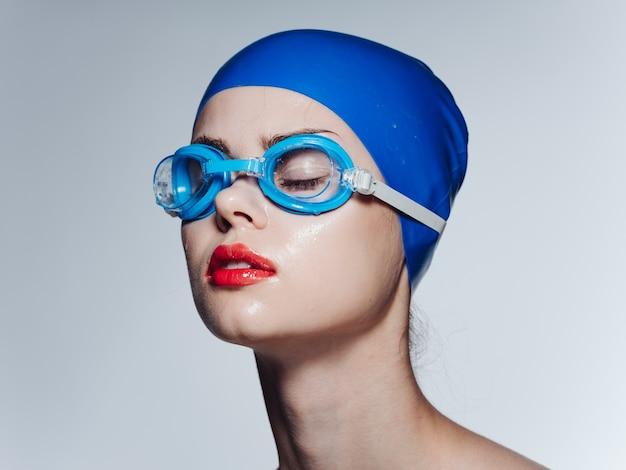 Портрет женщины в плавательных очках и кепке
