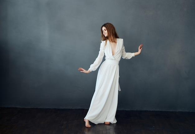전체 성장 댄스 매력적인 고립 된 배경에서 흰 드레스에 여자의 초상화