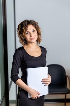 Портрет женщины в белом офисе с изолированными документами.