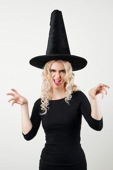 Портрет женщины в костюме ведьмы на хэллоуин