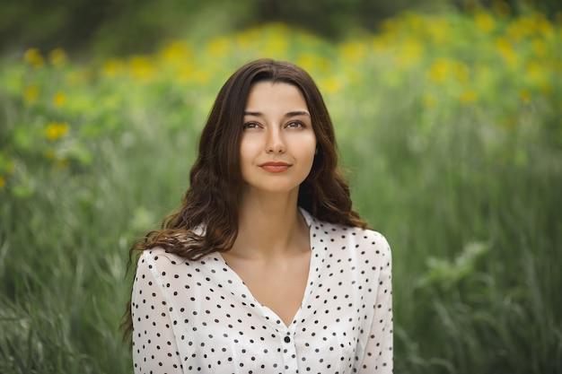 Портрет женщины на зеленом весеннем лугу