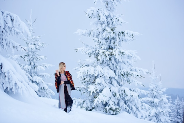 雪景色の背景に冬の日の女性の肖像画
