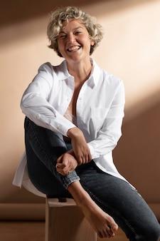 白いシャツでポーズをとる女性の肖像画 無料写真