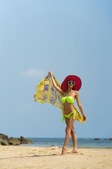 海のビーチで屋外でポーズをとる女性の肖像画