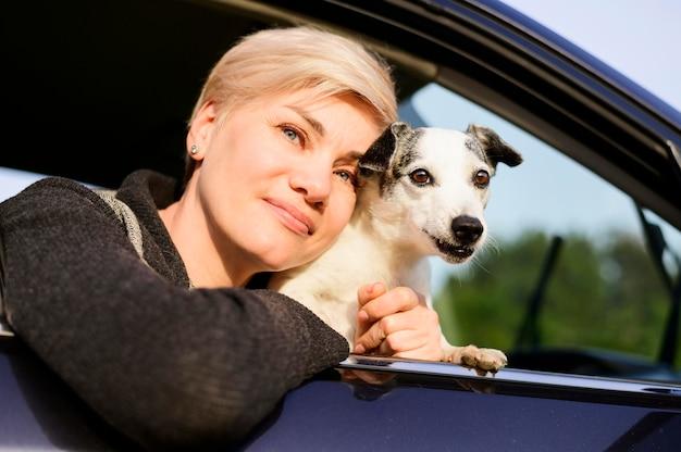 Портрет женщины позируют со своей собакой