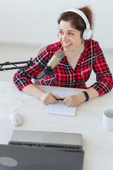 헤드폰으로 여자 라디오 발표자의 초상화