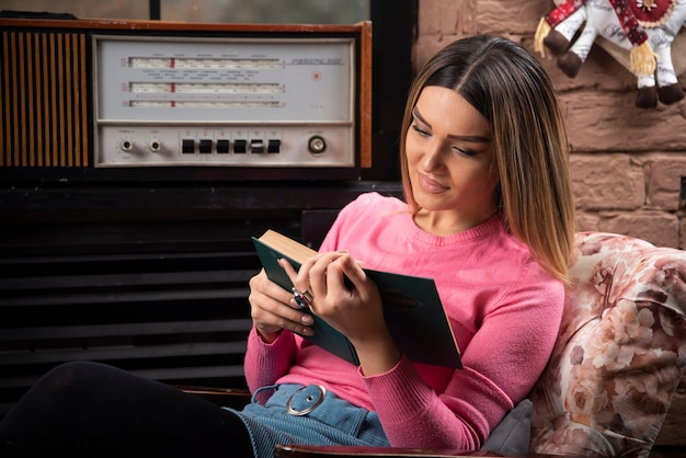 家で本を読んでいる女性の肖像画