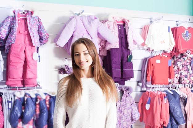 부티크에서 옷을 준비하는 여성 판매자의 초상화