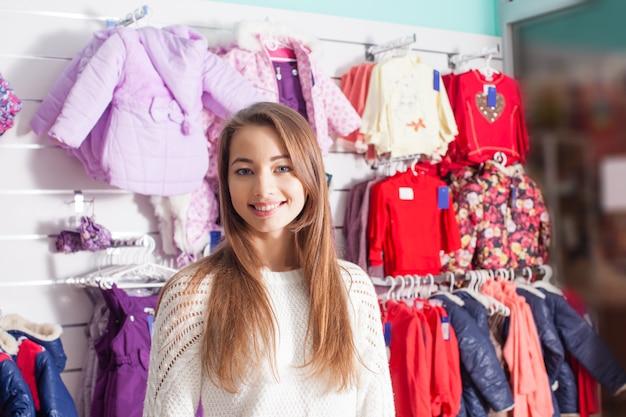 ブティックで洋服を準備している女性売り手の肖像画