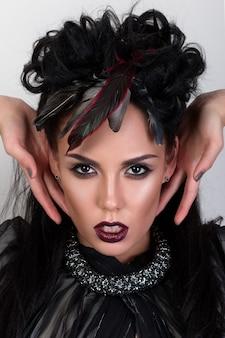 彼女の髪にワタリガラスの羽を持つ女性シャーマンの肖像画