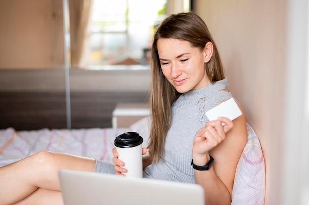 Портрет женщины, делающей покупки онлайн