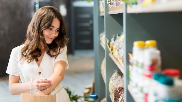 Портрет женщины, делающей покупки органических продуктов