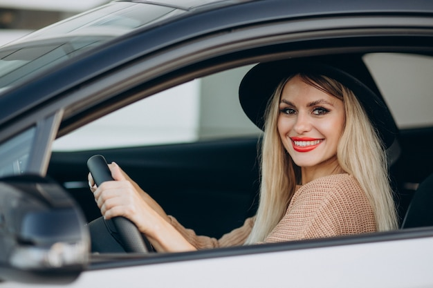 초상, 의, 여자, 차에 앉아 있고, 창문을 통해 보는