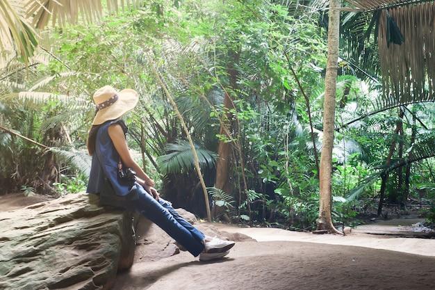 국립 공원에서 돌에 앉아 여자의 초상화