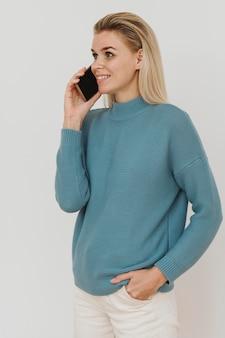 スマートフォンで話している女性の肖像画