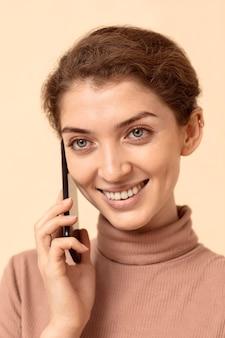 전화 통화하는 여자의 초상화