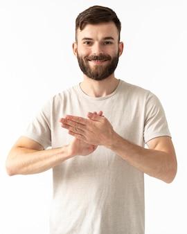 Портрет женщины, преподающей язык жестов