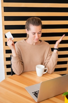 온라인 쇼핑을 생각하는 여자의 초상화