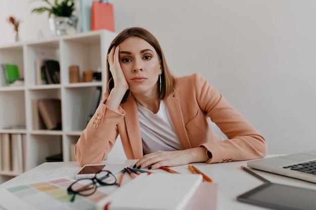 사무실에서 일하는 피곤 된 여자의 초상화