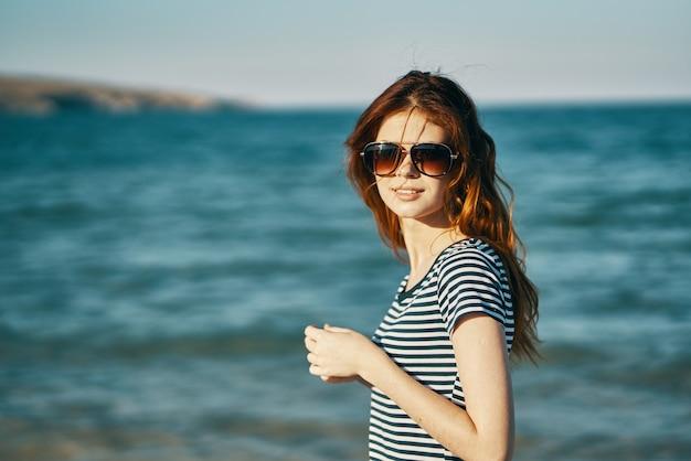女性観光旅行の肖像海の山々と顔のメガネ