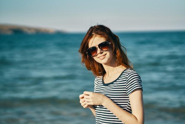 Портрет женщины туризм путешествия морские горы на заднем плане и очки на лице