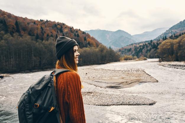 강 풍경 근처 야외 산에서 여자 여행자의 초상화