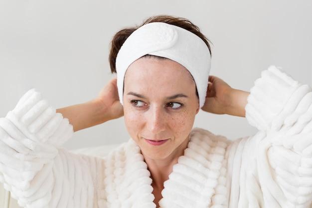 Портрет женщины, использующей ее повязку на голову
