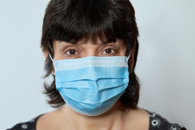 얼굴 마스크를 착용하는 여자의 초상화입니다. 독감 전염병, 코로나 바이러스, 먼지 알레르기, 바이러스 방지.
