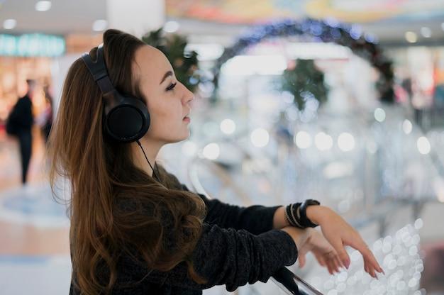 ショッピングモールでヘッドフォンを着ている女性の肖像画