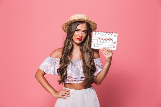 Портрет женщины в соломенной шляпе держит календарь