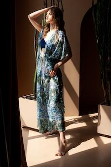 여름 옷을 입고 여자의 초상화