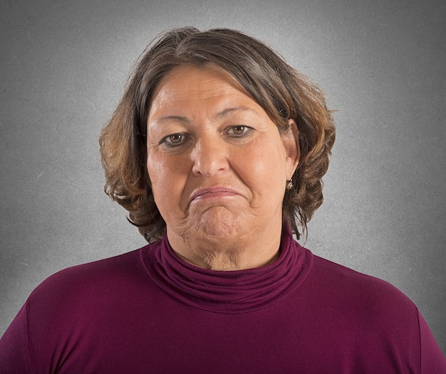 Портрет женщины с грустным выражением лица