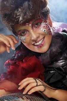 Портрет женщины с художественным макияжем