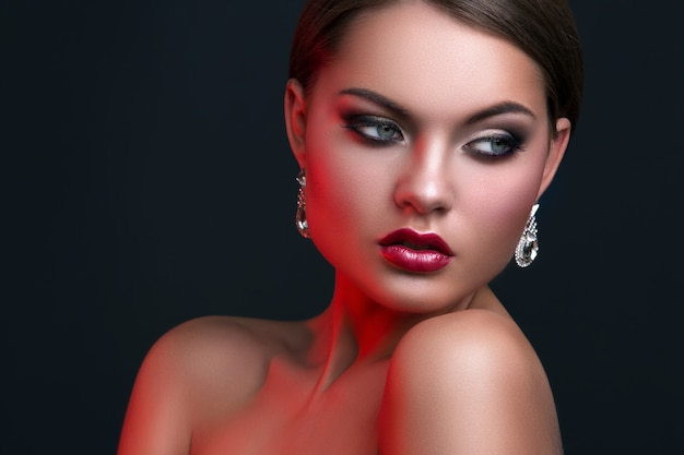 美しいイヤリングを持つ女性の肖像画