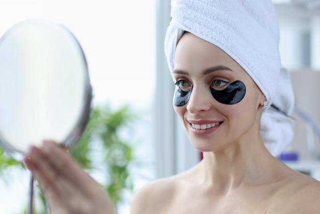 Портрет женщины с черными пятнами на лице. омолаживающие процедуры для лица в домашних условиях