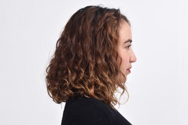 茶色の髪の女性の肖像画
