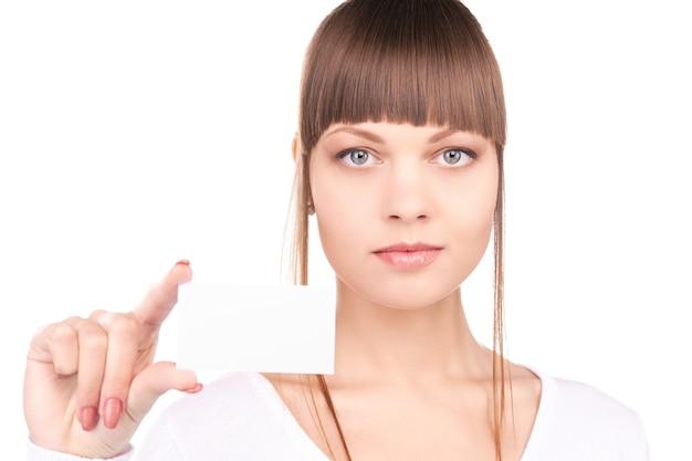 白い壁に名刺を持つ女性のポートレート