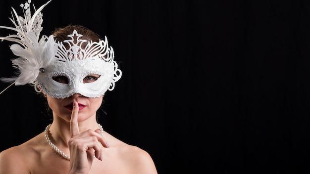 Портрет женщины с карнавальной маской