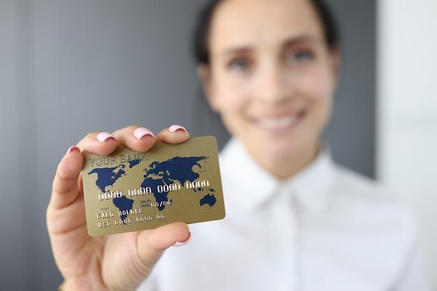 クレジットカードを持つ女性の肖像画