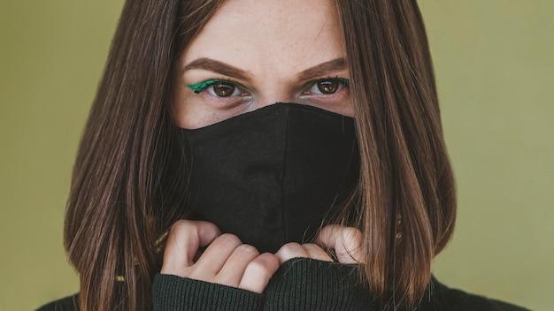 フェイスマスクとメイクアップの女性の肖像画
