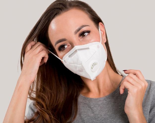 Портрет женщины с концепцией маски для лица