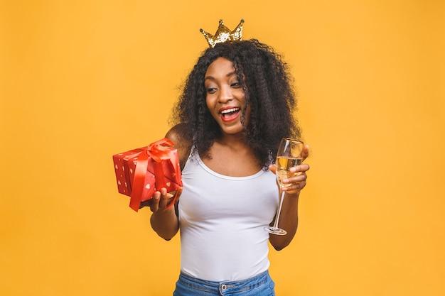 シャンパンと黄金の王冠のガラスを持つ女性の肖像画
