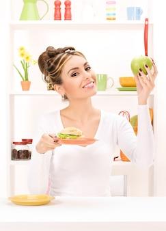 녹색 사과와 샌드위치 여자의 초상화