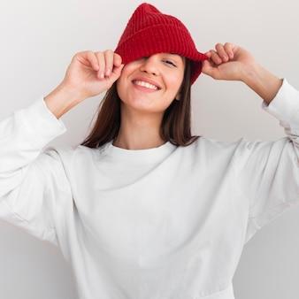 笑顔の帽子と女性の肖像画