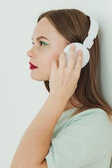 ヘッドフォンで女性の肖像画