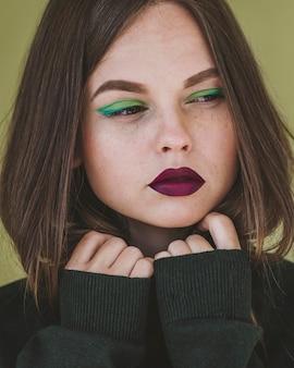 化粧をした女性の肖像画
