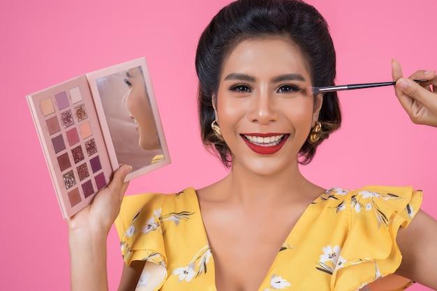 Портрет женщины с макияж кисти и косметика