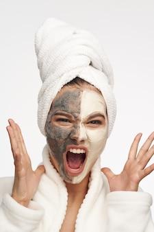 分離された黒のドットと開いた月に対してマスクを持つ女性の肖像画